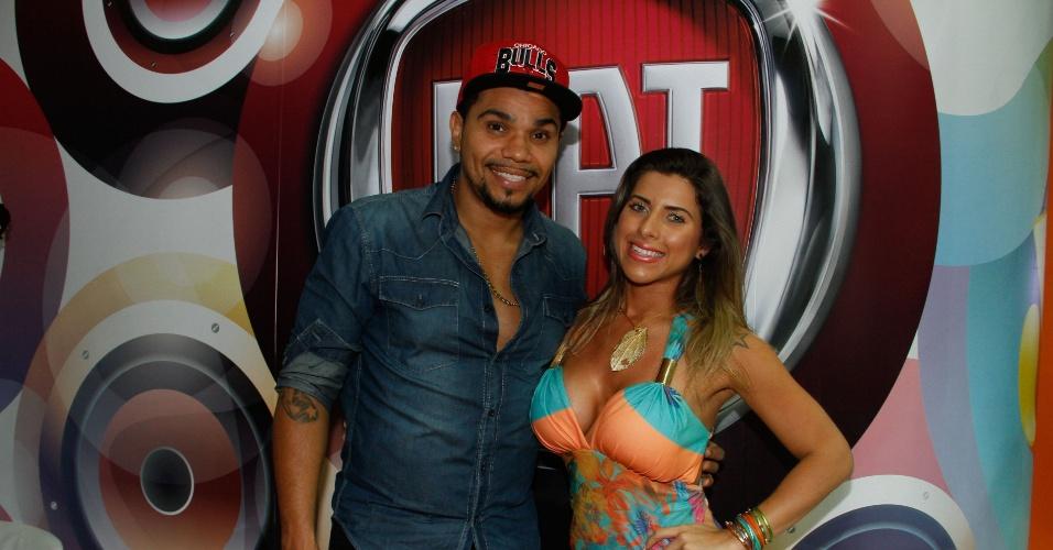 A musa do Corinthians Ana Paula Minerato posa para fotos com o MC Naldinho no Salão Internacional do Automóvel de São Paulo (28/10/2012)