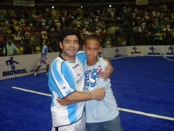 """Neymar aproveitou esta terça-feira (30/10/12) para homenagear o aniversário de 52 anos de Diego Maradona. Na imagem, o craque do Santos aparece bem novinho ao lado do ex-jogador e ex-técnico da Argentina: """"Deixando a rivalidade de lado, hoje é o aniversário de um cara que tratou muito bem a bola. Parabéns Maradona!"""", escreveu Neymar na legenda da foto divulgada no Twitter"""