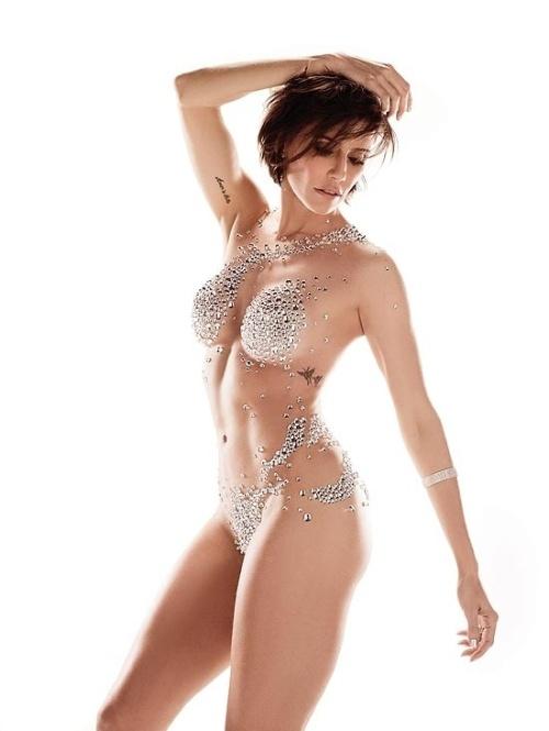 """A atriz Deborah Secco teve o corpo coberto por gotas de cristais para a capa da edição de 25 anos da revista """"Corpo a Corpo"""". """"Não sou do tipo que ama malhar, fazer tratamentos estéticos, dieta. Por outro lado, se tenho um trabalho que pede isso, me transformo"""", disse à publicação (1/11/12)"""