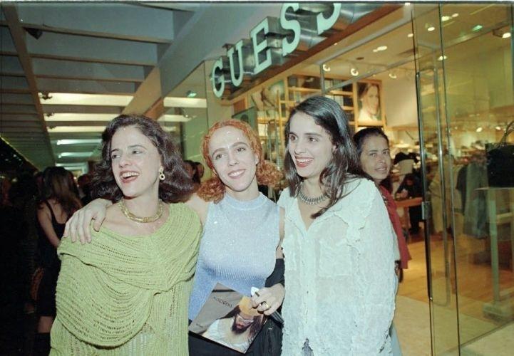 Marieta abraça as filhas Silvia (centro) e Helena (à dir.) em homenagem da H. Stern a Carlinhos Brown (29/9/99)