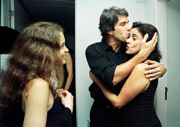 Marieta Severo recebe um beijo do cineasta José Henrique Fonseca e é observada pela atriz Cláudia Abreu na estreia de show de Chico Buarque, no Canecão, Rio de Janeiro (1999)
