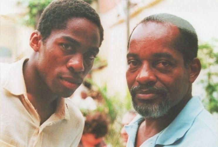 O ator Lázaro Ramos posa ao lado do pai, Ivan Ramos, em foto de 2002
