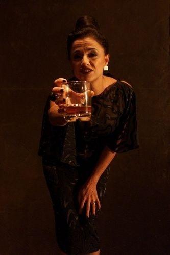 """Marieta Severo durante cena da peça """"Os Solitários"""", no Teatro Alpha, em São Paulo (2002)"""