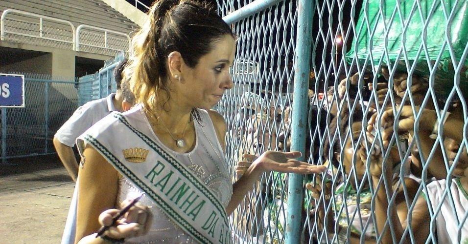 Luciana Gimenez conversa com fãs depois de participar de ensaio com a escola de samba Imperatriz Leopoldinense, no Rio de Janeiro (26/1/07)