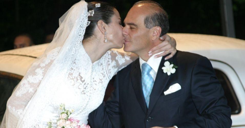 Luciana Gimenez dá beijo no marido, o empresário, Marcelo Carvalho em seu casamento em Ilhabela (19/8/06)