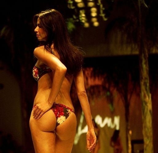 """Luciana Gimenez desfila para a griffe """"Lenny"""", na Semana Barra Shopping de Estilo, no Rio de Janeiro (17/7/00)"""