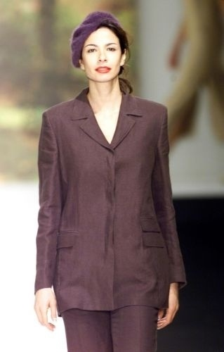 Luciana Gimenez desfila para Paul Costelloe na semana de moda de Londres (23/9/00)