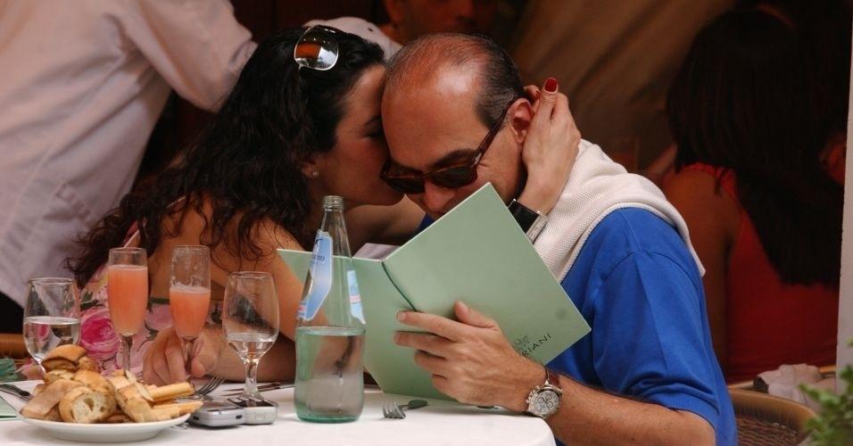Luciana Gimenez e o empresário Marcelo Carvalho são fotografados almoçando em restaurante em Nova York, na época o casal ainda namorava (11/6/05)