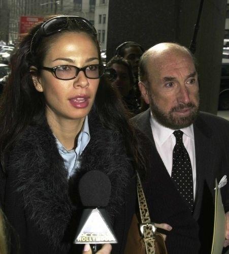 Luciana Gimenez e seu advogado a caminho da audiência sobre a pensão que o cantor Mick Jagger deveria pagar para o filho que teve com ela, Lucas, em um tribunal de Manhattan, em Nova York (15/3/99)