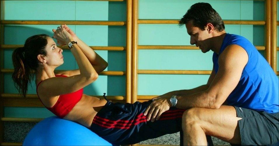 Luciana Gimenez e seu personal trainer Flavio Setomi durante aula de ginástica em academia de São Paulo (5/8/03)