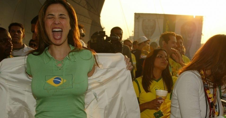 Luciana Gimenez mostra sua camisa do Brasil durante a transmissão da estreia da Seleção Brasileira de Futebol na Copa de 2006, no Jóquei Clube, em São Paulo (13/6/06)
