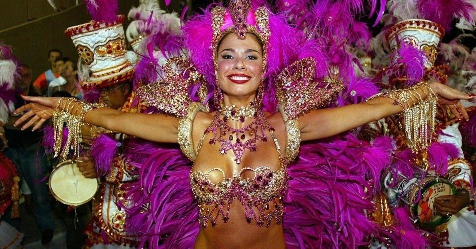 Luciana Gimenez posa com sua roupa de rainha da bateria da escola de samba Grande Rio (3/3/03)