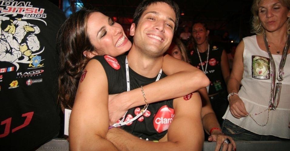 Luciana Gimenez posa para foto com o irmão Marco Antônio nos bastidores do show do Rolling Stones no Rio de Janeiro (28/2/06)