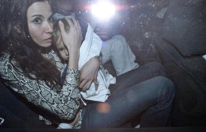 Luciana Gimenez protege o filho Lucas Jagger dos fotógrafos na festa de aniversário de 1 ano do garoto, na Barra da Tijuca, no Rio de Janeiro (23/6/00)