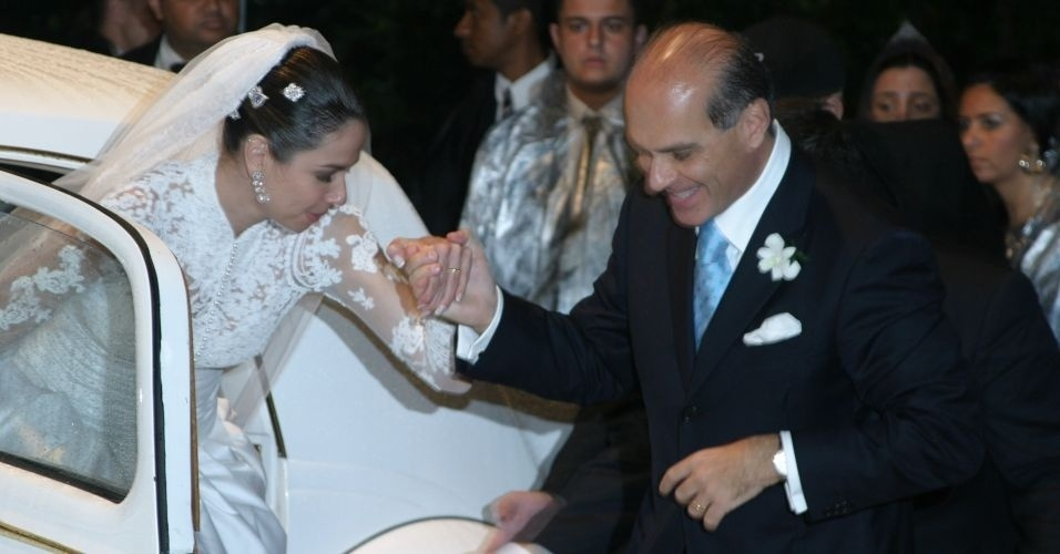 Marcelo Carvalho recebe a noiva Luciana Gimenez para o casamento que aconteceu em Ilhabela, São Paulo (19/8/06)