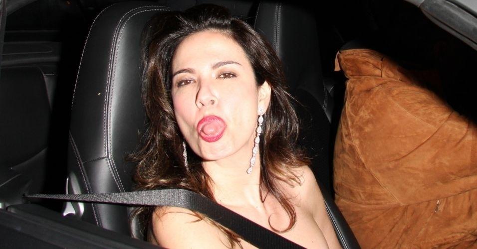 Na saída de um restaurante em Malibu, Luciana Gimenez mostra a língua para os fotógrafos (26/5/09)