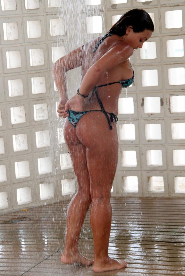 """Caren Souza, apresentadora do programa """"Malícia"""", do Multishow, aproveitou o sol na praia da Barra da Tijuca, Rio de Janeiro. A gata não se inibiu com a presença dos fotógrafos e fez graça ao posar para as câmeras tirando a parte de cima do biquíni. Mesmo deitando de bruços, Caren acabou deixando os seios à mostra. Depois de se bronzear, ela ainda aproveitou para tirar a areia do corpo no chuveirinho, fazendo a alegria dos paparazzi (1/11/12)"""