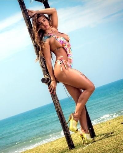 A gata Eliana Roche, representante do Amazonas no concurso Miss Bumbum 2012, posou para mais um ensaio sensual de sua campanha, na praia da Juréia, litoral de São Paulo. Nas fotos, Eliana aparece usando maiôs e biquínis que ressaltam suas curvas, além de uma blusinha transparente