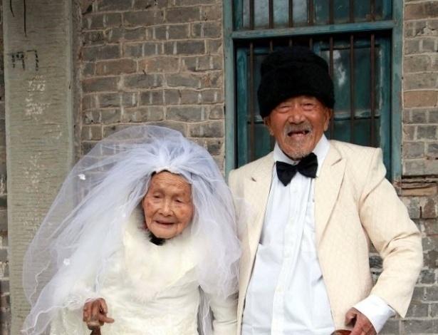 Após 88 anos, casal chinês ganha álbum de casamento