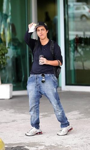 """A atriz Thammy Miranda, 30, já está se acostumando com a vida de global. Estreante na TV (ela está no ar em """"Salve Jorge""""), a filha da Gretchen fica à vontade com os paparazzi. Vista no aeroporto do Rio com seu visual despojado de costume, ela sorriu, acenou e posou para fotógrafos (9/11/12)"""