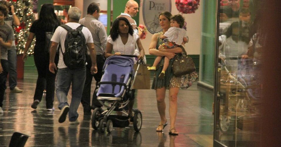 Leticia Spiller levou a filha caçula, Stella, para ver enfeites de Natal em shopping do Rio de Janeiro (10/11/12). Ela é fruto do relacionamento da atriz com o diretor de fotografia Lucas Loureiro