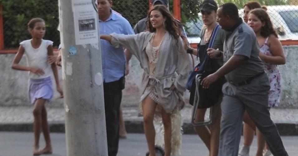 Isis Valverde é assediada por fãs em Salvador (Bahia)