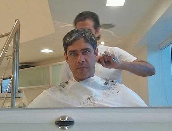 William Bonner posta foto cortando o cabelo no Rio de Janeiro (9/12/10)