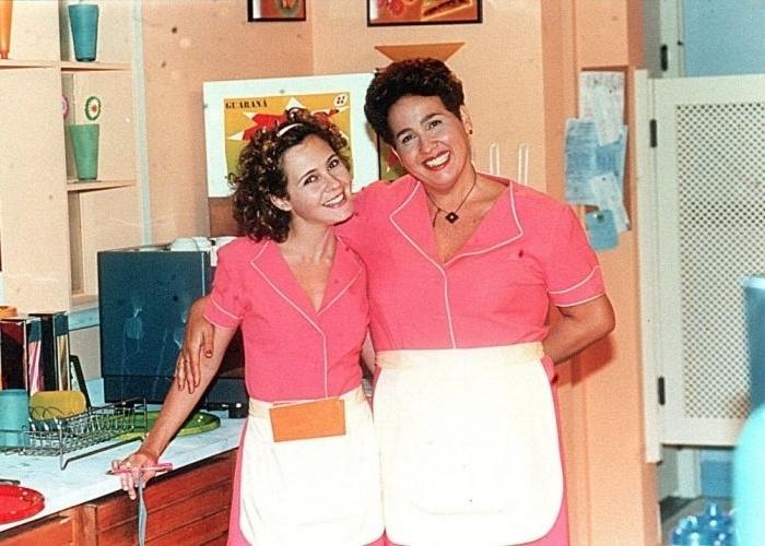 """As atrizes Cláudia Jimenez e Adriana Esteves em foto divulgação da novela """"Torre de Babel"""", novela exibida pela TV Globo em 1998"""