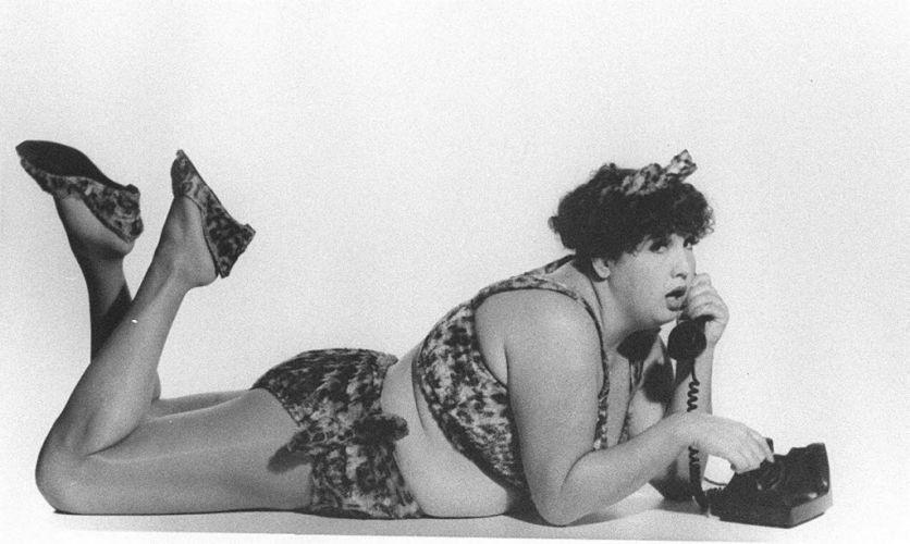 """Atriz Claudia Jimenez em cena da peça """"Como Encher um Biquíni Selvagem"""", de 1994"""