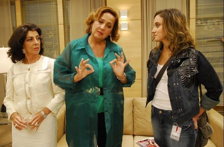 """Cena do episódio de """"A Vida Alheia"""" (2010). Claudia Jimenez divide a cena com Marília Pêra (Catarina Faissol) e Thayana Dantas (Alana)"""