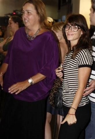 """Claudia Jimenez e a amiga Carolina Dieckmann vão à pré-estreia do filme """"Chico Xavier"""", na Barra, na zona oeste do rio (31/3/10)"""