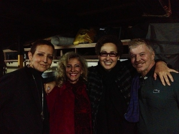 Claudia Jimenez posa com Betty Lago, Marilia Pêra e Miguel Falabella (16/11/12)