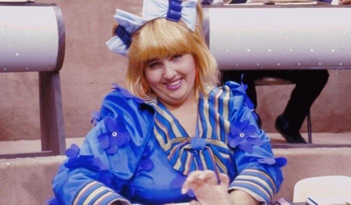 """De 1990 a 1993, Claudia Jimenez interpretou Cacilda no humorístico """"Escolinha do Professor Raimundo"""". A personagem, que era uma paródia """"desbocada"""" da apresentadora Xuxa, ficou conhecida pelo bordão """"Beijinho-beijinho, Pau-pau!"""""""