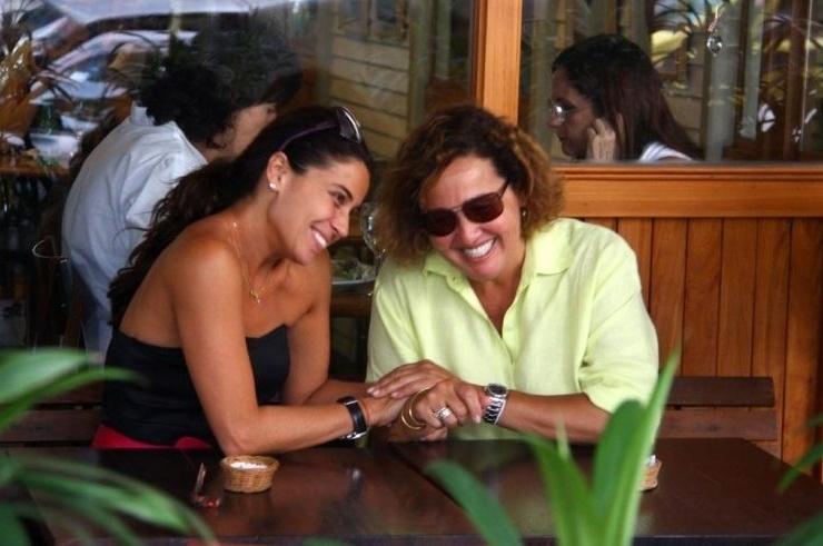 Giovanna Antonelli e Claudia Jimenez se divertem em almoço no restaurante Celeiro, no Leblon, no Rio (3/12/09)
