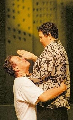 """Os atores Ernani Moraes e Claudia Jimenez em cena da peça """"Pequeno Dicionário Amoroso"""", com direção de Jorge Fernando (25/8/04)"""