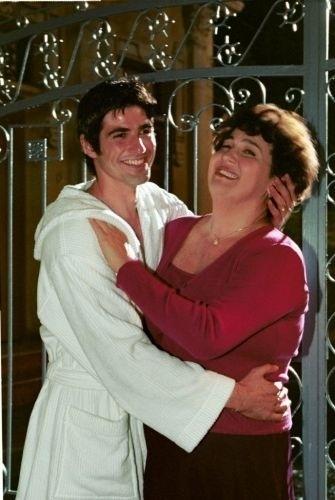 """Os atores Reynaldo Gianecchini e Claudia Jimenez durante a gravação da novela """"As Filhas da Mãe"""", exibida pela TV Globo em 2001"""