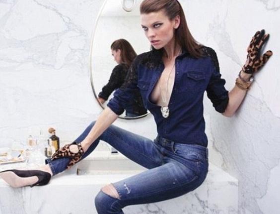 Em campanha da grife de jeans Levi's, a modelo aparece com uma das pernas muito mais fina do que a outra
