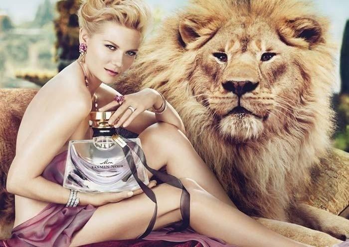 Na campanha da Bvlgari, Kirsten Dunst aparece com a mão direita de um tamanho descomunal