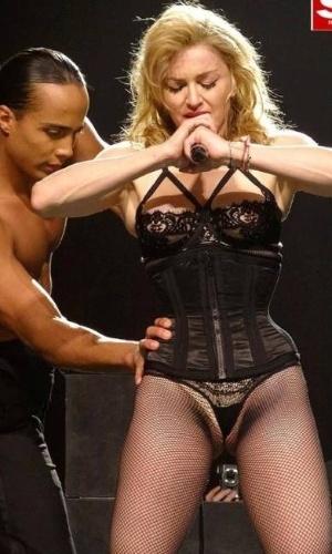 """Aos 54 anos, Madonna se apresentou com um visual bem provocante durante um show de sua turnê """"MDA"""" em Miami, EUA. A cantora usou uma calcinha cavada que ressaltou a virilha (21/11/12)"""