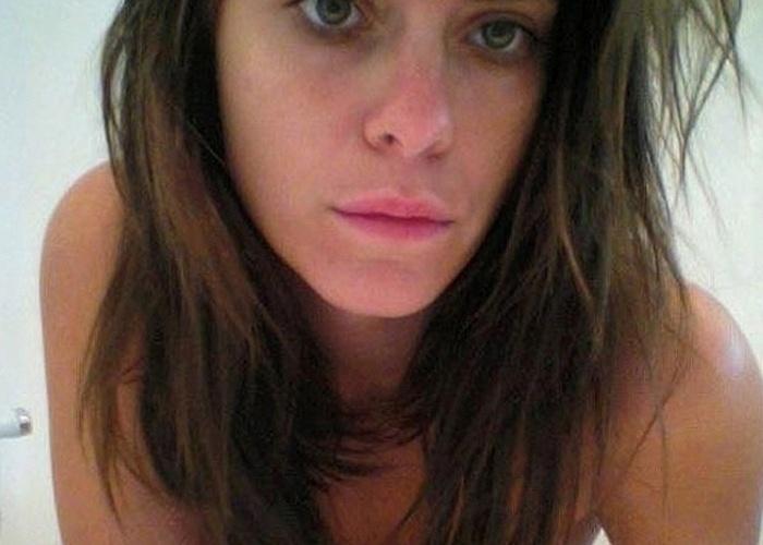 Uma série de fotos que mostravam a atriz Carolina Dieckmann em momentos íntimos e sensuais caiu na internet. As 36 imagens hospedadas em um site de compartilhamento mostraram a atriz com os seios de fora, além de alguns nus frontais. Carolina foi chantageada por meio de ligações e e-mails durante duas semanas. Após a divulgação das fotos, ela prestou queixa à polícia, e os hackers responsáveis pelo vazamento das imagens foram localizados e punidos (5/5/12)