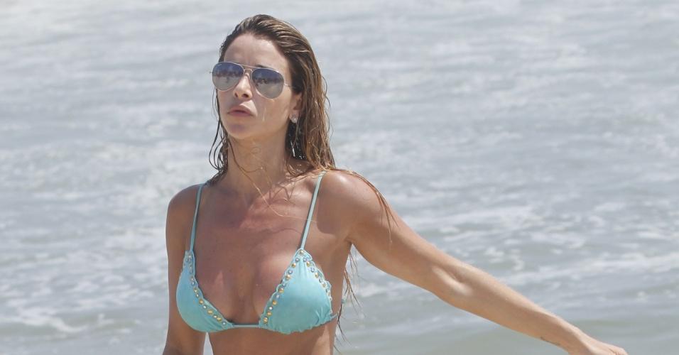 """A coleguinha do """"Caldeirão do Huck"""", Dany Bananinha aproveitou o sol para retocar o bronzeado na praia da Barra da Tijuca, na Zona Oeste do Rio de Janeiro (24/11/12)"""