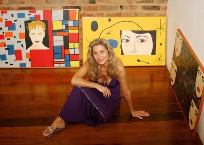 """A atriz exibe seu """"lado B"""": a pintura. Ao fundo, estão telas pintadas por Vera (Abril/2007)"""