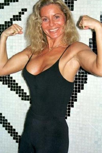 A atriz mostra os ombros largos e os músculos em contraste com a cinturinha (Junho/2000)