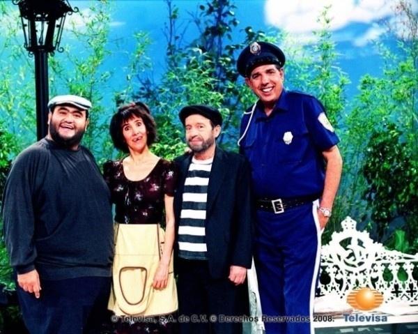 A Televisa deu uma mãozinha aos fãs nostálgicos do seriado 'Chaves' e divulgou imagens da época em que o seriado era gravado, nos anos 70. As fotos, que mostram imagens dos bastidores, circulam pela web e fazem sucesso em diversos blogs especializados na turma da vila. Na imagem, a turma do 'Chespirito', vividas pelos mesmos atores de 'Chaves' e 'Chapolin'