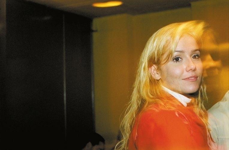 """Aos 22 anos, Deborah Secco posa novamente para a """"Playboy"""" em agosto de 2002. A atriz posou em duas edições de aniversário, que são consideradas capas especiais. No segundo ensaio, a atriz surge com silicone nos seios (25/7/02)"""