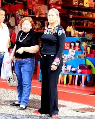 Após sair da clínica de reabilitação, Vera Fischer aparenta estar bem e faz compras no Leblon (RJ). A atriz se internou no dia 26 de julho para tratamento de reabilitação e saiu no dia 27 de setembro (2/10/11)