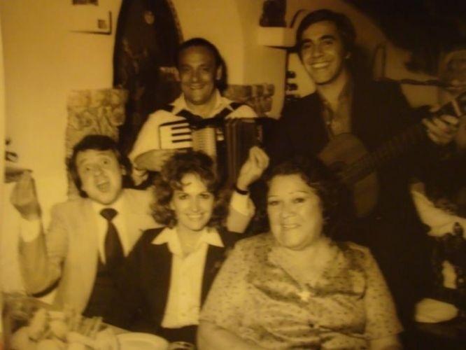 Carlos Villagran, que interpreta o personagem Kiko, posa com sua segunda esposa e sua mãe em um restaurante venezuelano (1980)