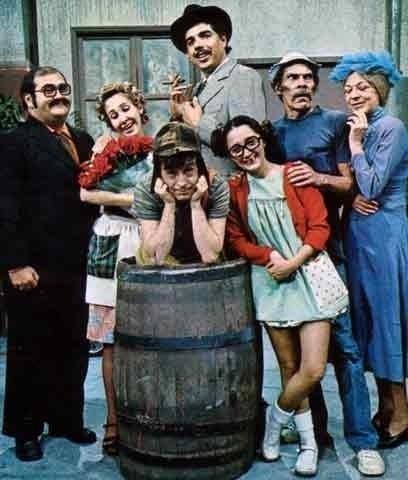 """Com o primeiro episódio gravado no México, em 1971, """"Chaves"""" completa 40 anos de exibição ininterrupta na televisão latino-americana em 2011. No Brasil, o humorístico estreou em 1984 como um quadro do programa """"Bozo"""", do SBT. A boa recepção junto ao público fez com que o programa mudasse para o horário nobre da emissora em 1988."""