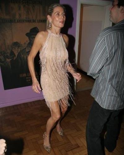 De vestido curto e sexy, Vera dança durante festa de aniversário de sua melhor amiga, Liege Monteiro (Setembro/2006)