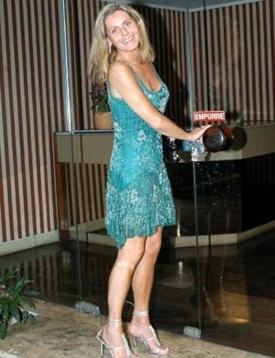 De vestido e salto alto, Vera mostra que continua poderosa (Julho/2005)